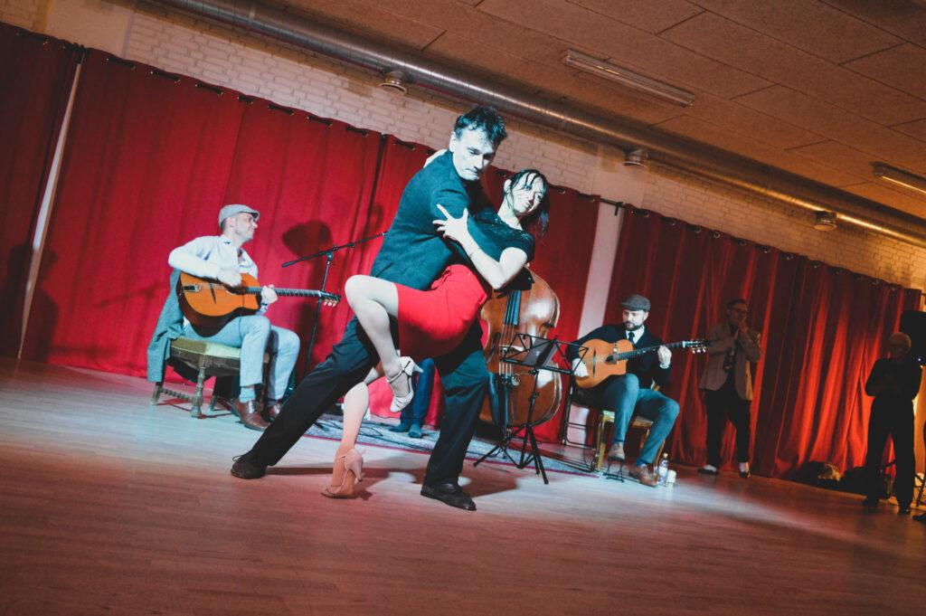 Solent le Bihan & Laurant Wallet dancing in front of band